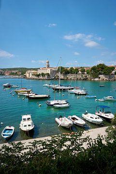 Bateaux dans une baie en face de la vieille ville de Krk en Croatie
