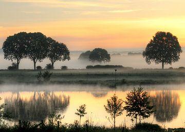 Mooie vroege zomerochtend aan de Maas van R. Maas