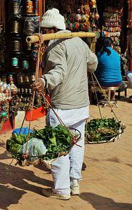 Straatverkoper in Kathmandu, Nepal van Xandra Ribbers