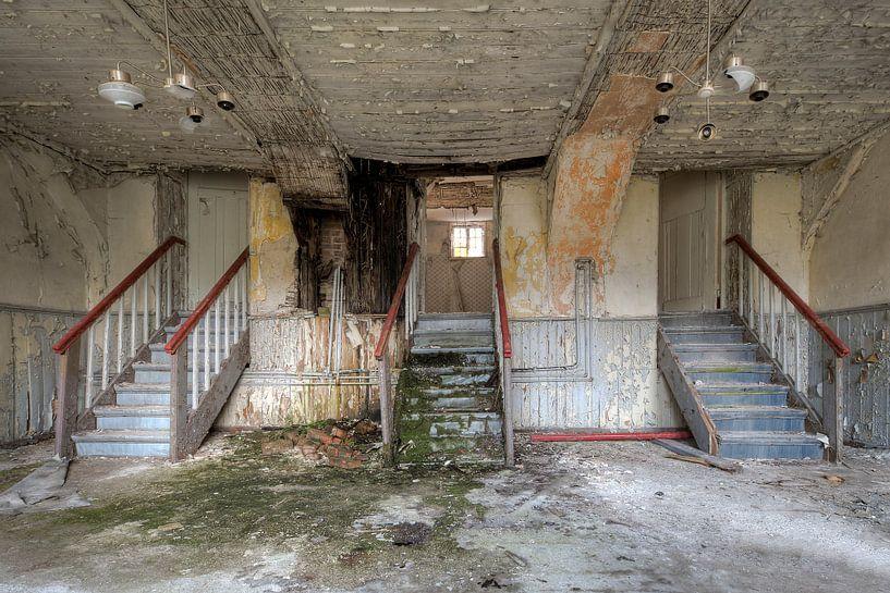 Verlaten hotel met leuk trappenspel von Joke Absen