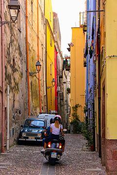 Pittoresk straatje in Bosa, Sardinië van Maaike Falkena