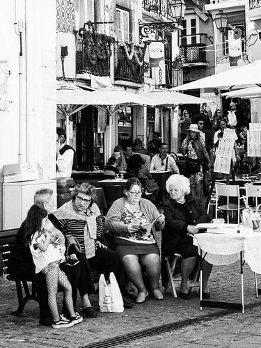 Oude dames op een plein zwart wit