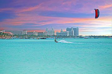 Wassersport am Palm Beach auf Aruba bei Sonnenuntergang von Nisangha Masselink