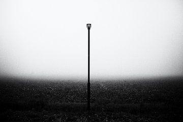 Religie, lantaarnpaal en landschap in de mist van Ger Beekes
