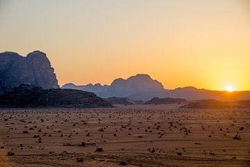 Zonsondergang in de Wadi Rum Woestijn in Jordanië von Chantal Schutte
