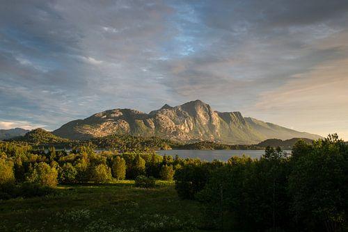 Berg in Noorwegen met zonsondergang / Mountain in Norway during sunset