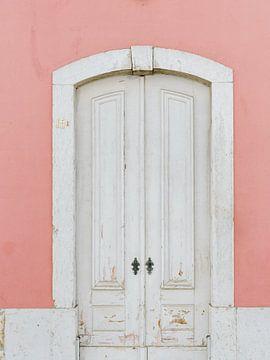 Pastel kleur , oude deur in Portugal van Youri Claessens