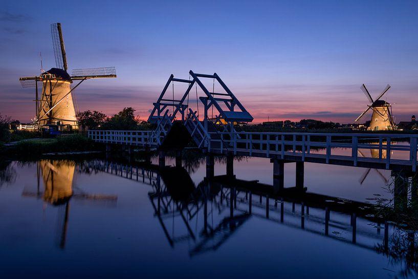 Verlichte molens en een ophaalbrug bij zonsondergang van iPics Photography