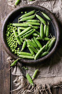 SF12358993 Légumineuses vertes dans une coquille en terre cuite sur BeeldigBeeld Food & Lifestyle