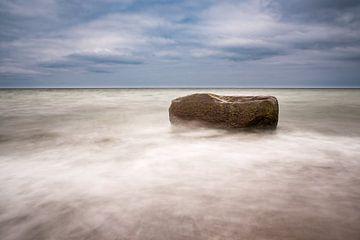 Stone on shore of the Baltic Sea van Rico Ködder