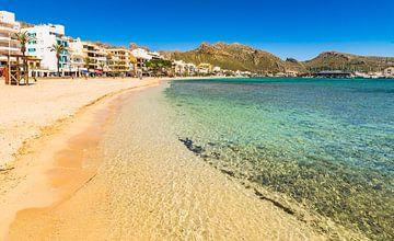 Mooi zandstrand bij de baai van Pollenca op het eiland Mallorca, Spanje Middellandse Zee van Alex Winter