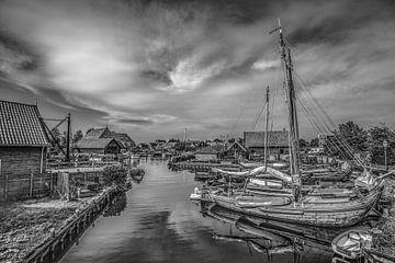 De haven van  het Friese stadje Workum in zwart wit van Harrie Muis