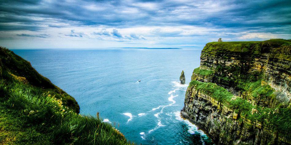 O'Brien's Tower overview, Cliffs of Moher, The Burren, Ireland van Colin van der Bel