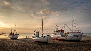 Vissersbootjes op het strand van Løkken. van Frans Nijland