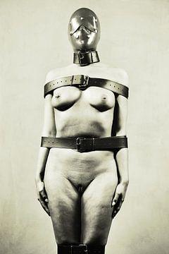 Stumm - Nackte Frau mit Lederriemen befestigt von william langeveld