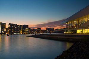 het IJ Amsterdam in de avond