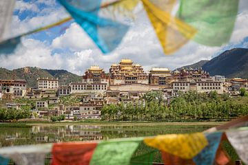 Tibetaanse vlaggetjes in  Zhongdian van Claudio Duarte
