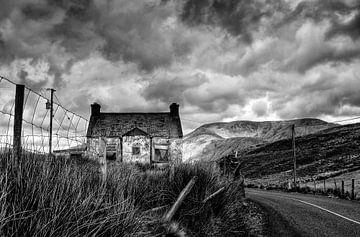 Huisje in verval in Ierland van Joke Beers-Blom