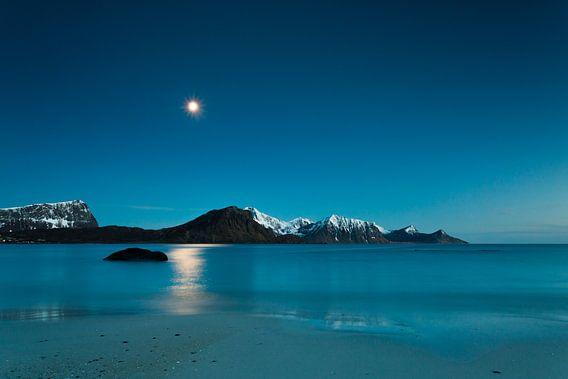 Haukland strand op de Lofoten van Dion van den Boom