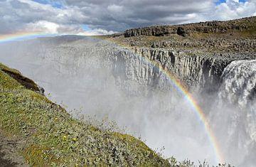 Dettifoss Canyon op Ijsland  met regenboog van Jutta Klassen