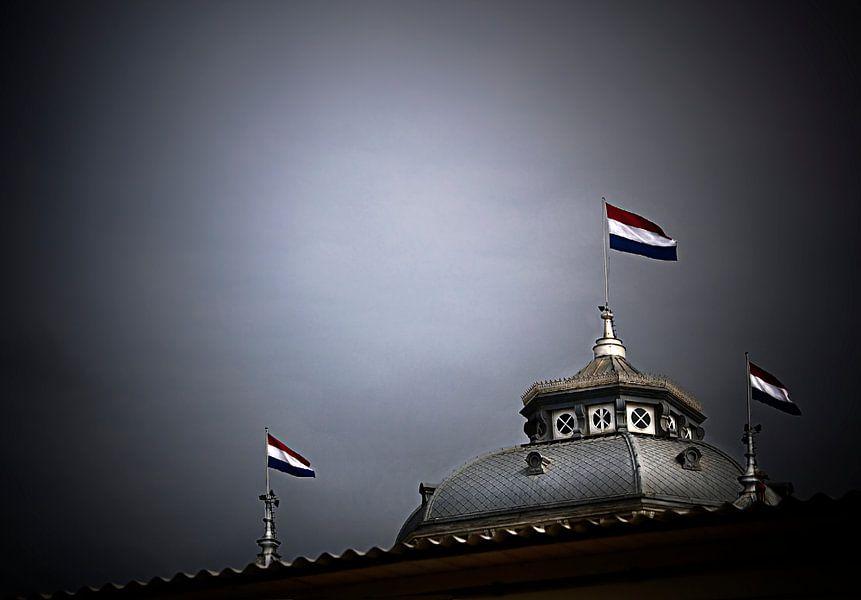 Kurhauskoepel met vlaggen van Fons Bitter
