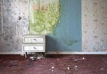 Box an der Wand in verlassenen Villa von