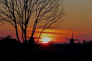 Sonnenaufgang mit Silhouette von Joost van Riel