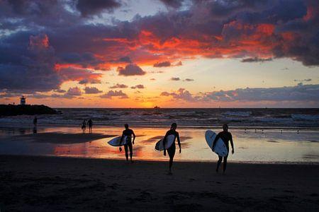 Zonsondergang na het surfen
