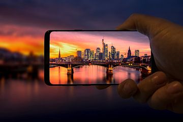 Frankfurt op uw mobiele telefoon met een paarse zonsondergang en een schaapsachtergrond van Fotos by Jan Wehnert