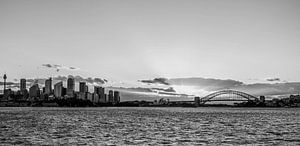 """""""Sydney skyline"""" tijdens zonsondergang (zwart-wit) van"""