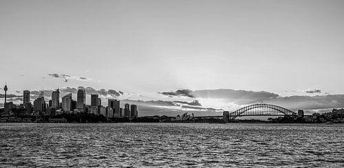 """Sydney skyline"" tijdens zonsondergang (zwart-wit) van Kaj Hendriks"