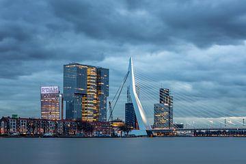 Pont Erasmus avec nuages de nacre sur Annette Roijaards