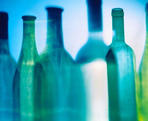 Schaduw van diverse wijnflessen