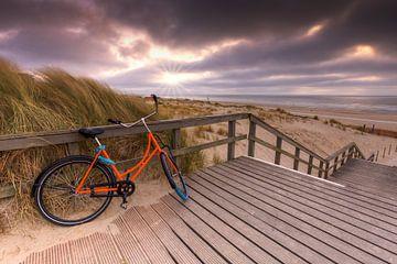 Orangefarbenes Fahrrad am Strandopgang bei Kijkduin Den Haag von Rob Kints