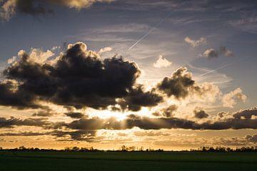 Zonsondergang tussen de wolken door von Jasper van de Gronde