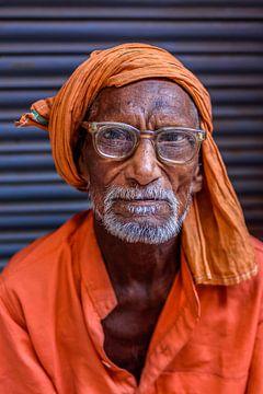 Vieux gourou à lunettes dans le vieux Delhi sur Leonie Broekstra