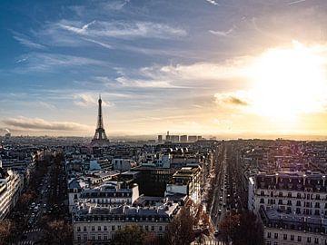 Uitzicht op de Eiffeltoren in de ondergaande zon van Martijn Joosse