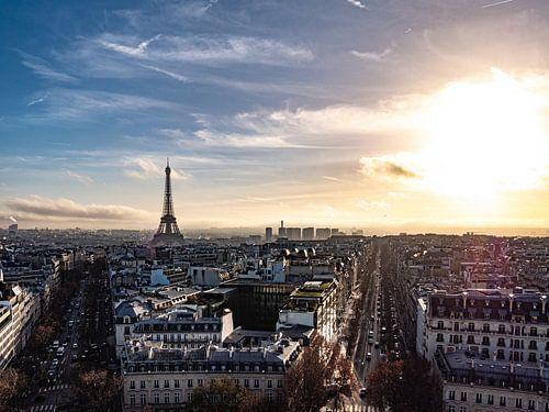 Uitzicht op de Eiffeltoren in de ondergaande zon