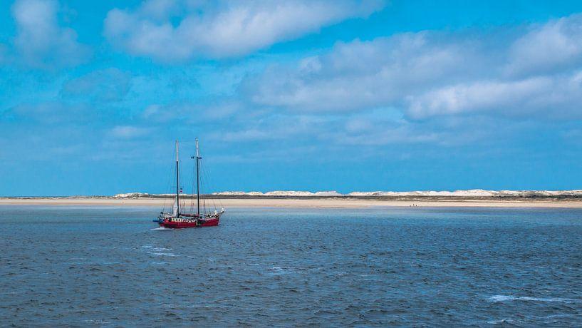 Zeilschip voor de kust van Terschelling van Rietje Bulthuis