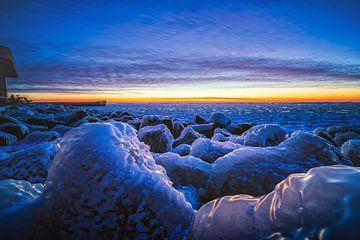 Winterwonderland tijdens de zonsopkomst in Nederland van Fotografiecor .nl