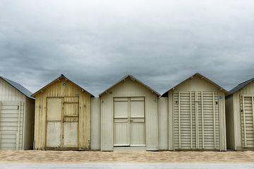 Dunkle Wolken über den Strandhäusern von Mark Bolijn