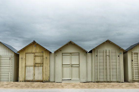 Donkere wolken boven de strandhuisjes