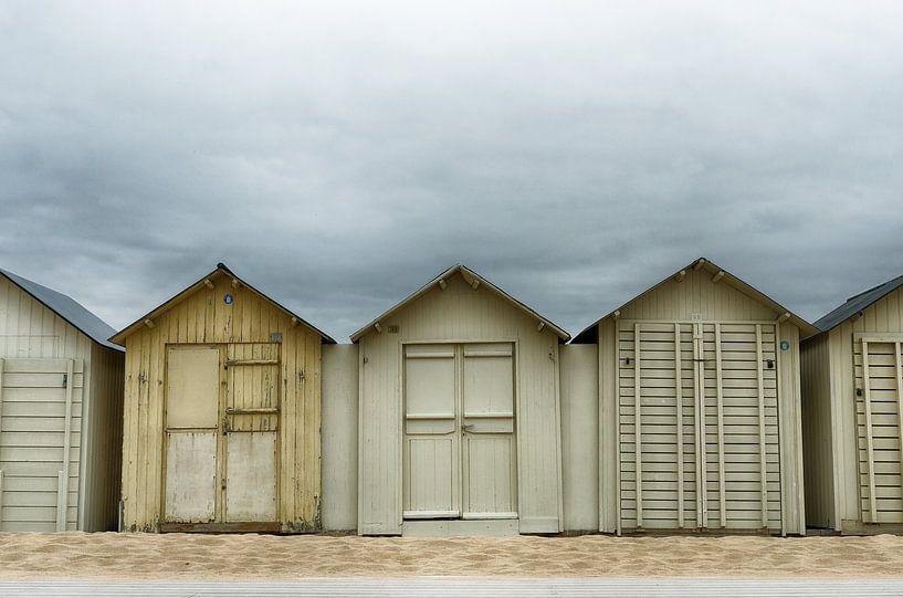Donkere wolken boven de strandhuisjes van Mark Bolijn
