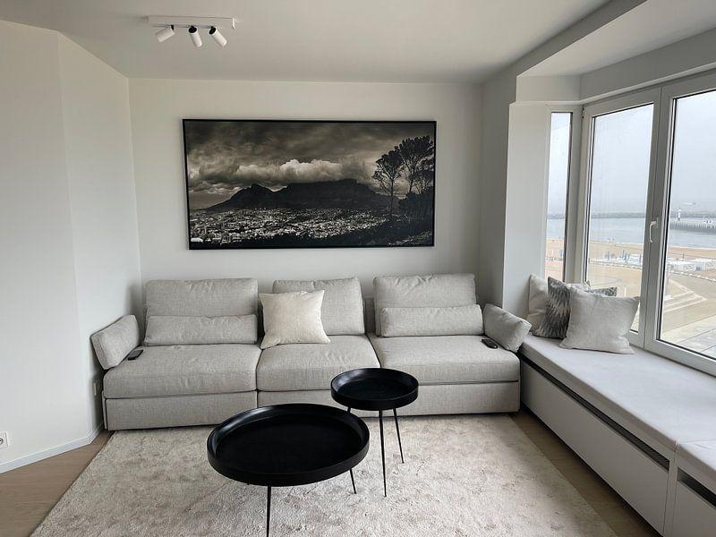 Klantfoto: De tafelberg bedekt in een wolkenpak, Kaapstad, Zuid Afrika. van Stef Kuipers