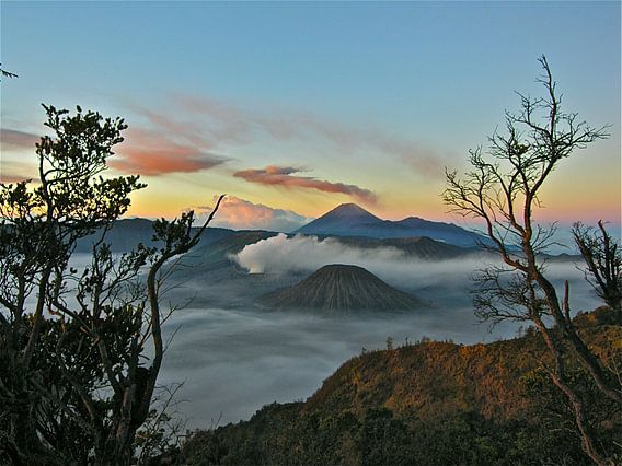 Zonsopkomst bij Bromo Vulkaan Java Indonesië van  Iduna vanwoerkom