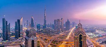 Dubai Skyline bei Sonnenuntergang von Remco Piet