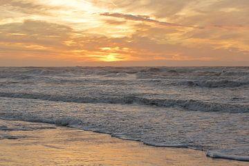 Zonsondergang vanaf het strand tijdens storm te Bergen aan Zee van Ronald Smits
