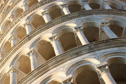 Detail van bogengalerij Toren van Pisa