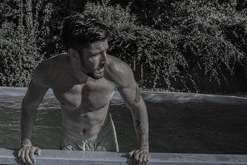 Mann mit nacktem Oberkörper kommt sexy aus dem Pool in Schwarz-Weiß von Atelier Liesjes