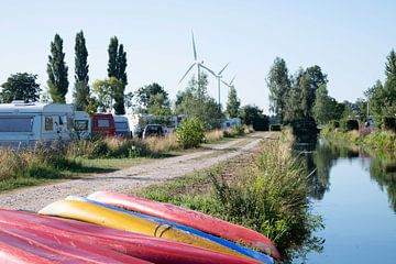 Kanus auf dem Campingplatz von Mirjam Welleweerd